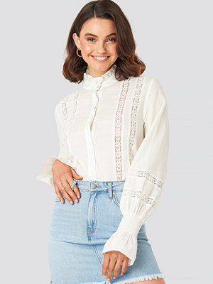 Queen of Jetlags x NA-KD Lace Detail Puffy Blouse vit