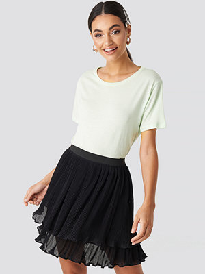 NA-KD Flounce Mini Pleated Skirt svart
