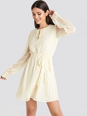 NA-KD Chiffon Belted Mini Dress vit