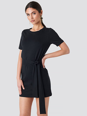 NA-KD Tie Waist T-shirt Dress svart