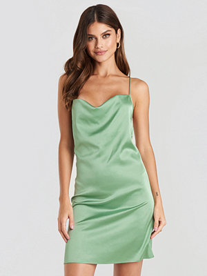 NA-KD Party Satin Waterfall Mini Dress grön