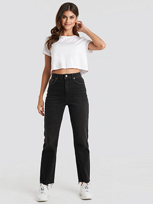 NA-KD High Waist Raw Hem Straight Jeans svart