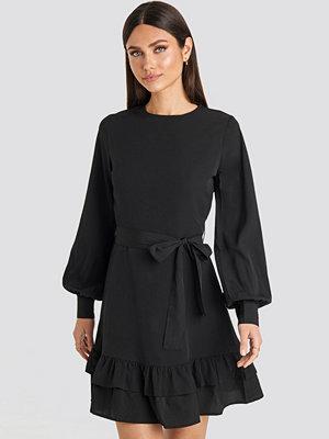 Karo Kauer x NA-KD Balloon Sleeve Mini Dress svart
