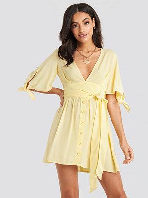 NA-KD Belted Deep V Mini Dress gul