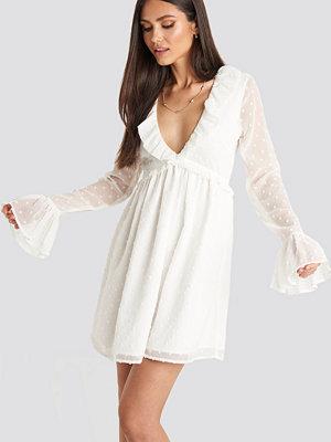 Karo Kauer x NA-KD Frill Detail LS Dress vit