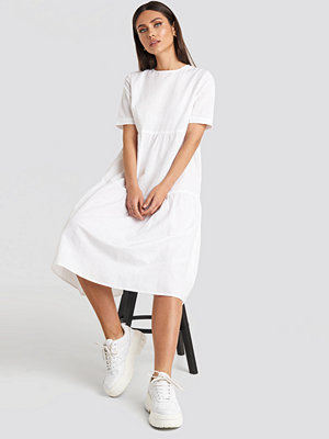 Karo Kauer x NA-KD Flounce Midi Dress vit