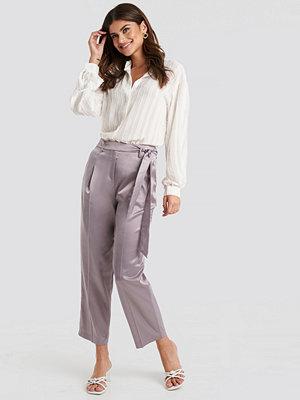 Trendyol grå byxor Belt Satin Trousers lila