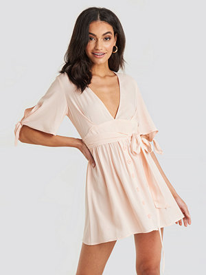 NA-KD Belted Deep V Mini Dress rosa