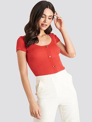 NA-KD Ribbed Knitted Short Sleeve Top röd