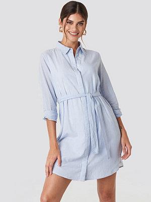 Hannalicious x NA-KD Tied Waist Cotton Shirt Dress blå