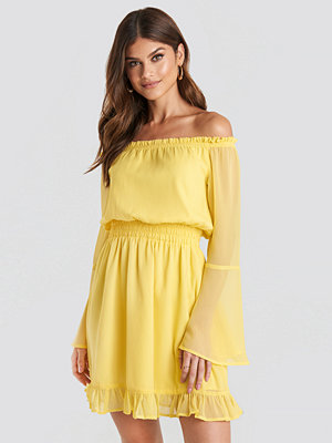 Paulinye x NA-KD Off Shoulder Mini Dress gul
