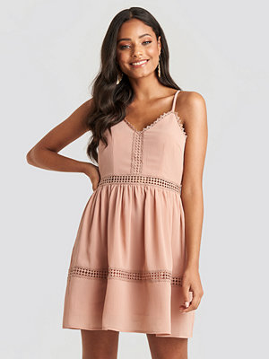 NA-KD Boho Lace Insert Flowy Mini Dress rosa