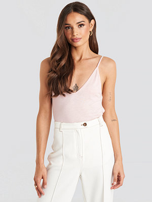 NA-KD V-neck Short Strap Cami Top rosa