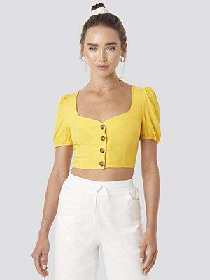 Céline & Talisa x NA-KD Wide Neck Buttoned Top gul