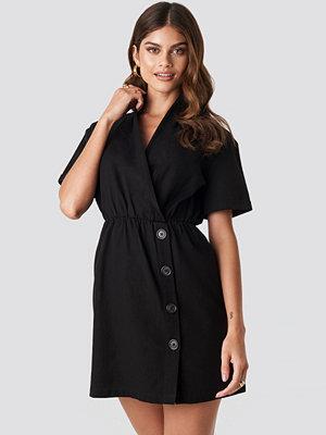 Hannalicious x NA-KD Button Up Overlapped Linen Look Dress svart