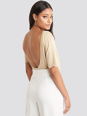 NA-KD Viscose Deep Back Tee beige