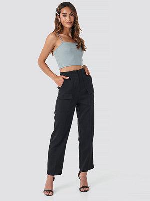 NA-KD Trend svarta byxor Big Front Pocket Pants svart