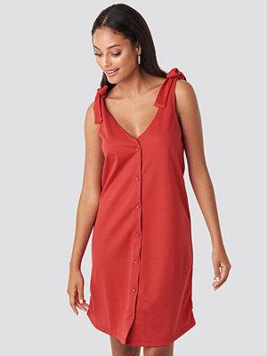 Trendyol Dried Binding Detailed Midi Dress röd