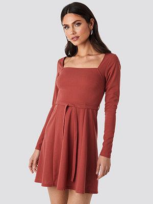 NA-KD Trend Tied Waist Square Neck Mini Dress röd