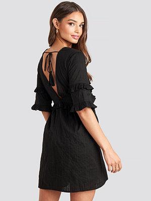 NA-KD Boho Open Back Ruffle Sleeve Mini Dress svart