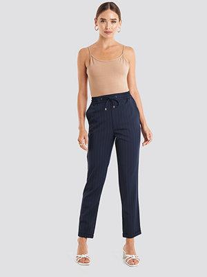 NA-KD marinblå byxor Drawstring Pinstriped Pants blå