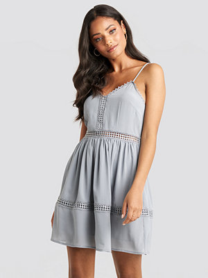 NA-KD Boho Lace Insert Flowy Mini Dress blå