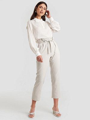 NA-KD vita byxor Straight Tied Waist Pants grå