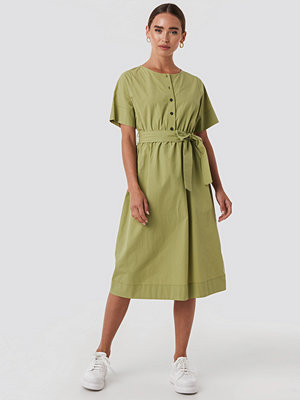 NA-KD Round Neck Button Up Midi Dress grön