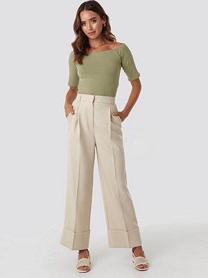 NA-KD Trend omönstrade byxor Folded Pants beige