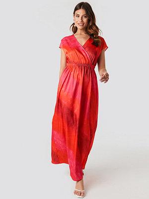 NA-KD Tie Dye Wrap Maxi Dress röd