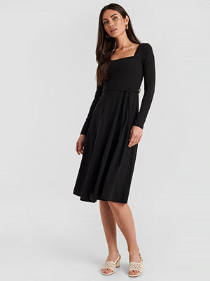 NA-KD Trend Tied Waist Square Neck Dress svart