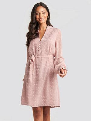 NA-KD Klänning Med Volanger rosa