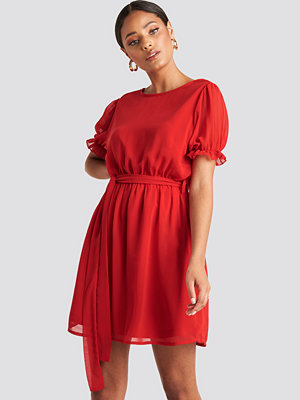 NA-KD Short Sleeve Chiffon Dress röd