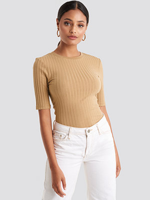 NA-KD Basic High Round Neck Ribbed Tee beige
