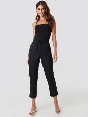 NA-KD svarta byxor Straight Tied Waist Pants svart