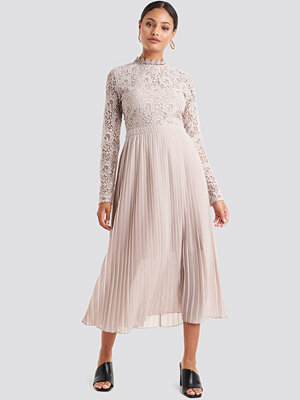 NA-KD Boho Crochet Detail Pleated Dress rosa