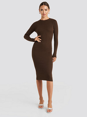 NA-KD Ribbed Knitted Midi Dress brun