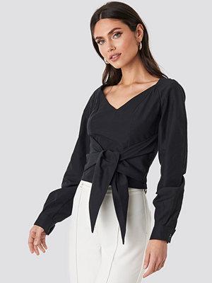 NA-KD Trend Tied Waist Puff Sleeve Blouse svart