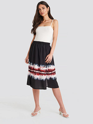 NA-KD Tie Dye Print Side Split Skirt svart multicolor
