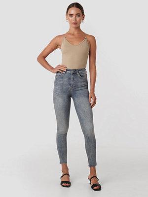 NA-KD Skinny High Waist Raw Hem Jeans blå