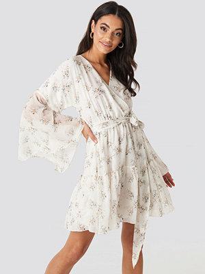 Kae Sutherland x NA-KD Wide Sleeve Mini Dress vit