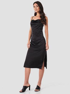 NA-KD Party Satin Midi Slip Dress svart