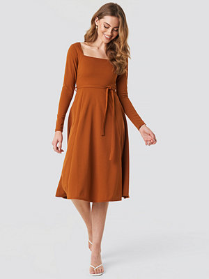 NA-KD Trend Tied Waist Square Neck Dress brun