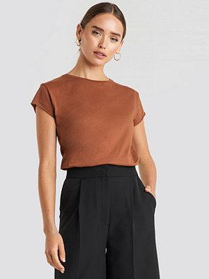 NA-KD T-Shirt Med Rå Kant brun
