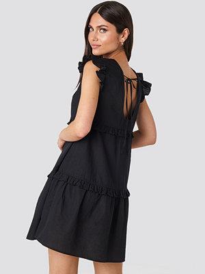 Karo Kauer x NA-KD Deep Back Flounce Mini Dress svart
