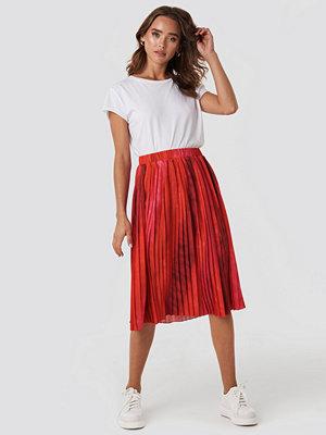 NA-KD Trend Tie Dye Print Pleated Midi Skirt röd