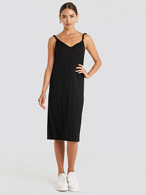 NA-KD Cupro V-Neck Midi Dress svart