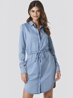 Hannalicious x NA-KD Tied Waist Denim Shirt Dress blå