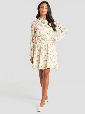 NA-KD Boho Flower Print Smock Detail Dress vit