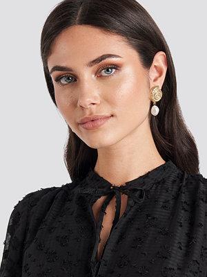 NA-KD Accessories smycke Metal Shell Pearl Drop Earrings guld